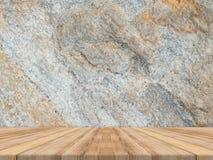 Den tomma tropiska wood tabellöverkanten med den mörka stenväggen, förlöjligar upp backg arkivfoton