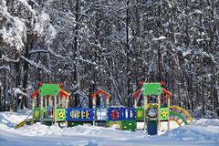 Den tomma ungelekplatsen i vinterstad parkerar Arkivbilder