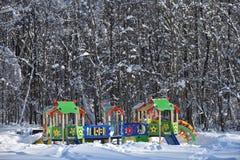Den tomma ungelekplatsen i vinterstad parkerar Royaltyfri Bild