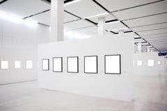 den tomma utställningen inramniner många vita väggar Fotografering för Bildbyråer