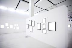 den tomma utställningen inramniner många vita väggar Arkivfoton