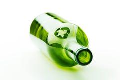 Den tomma vinflaskan med återanvänder tecknet Arkivfoton