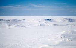 Djupblå sky och snow på djupfryst Östersjön arkivbilder
