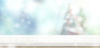 Den tomma vita trätabellöverkanten med abstrakt begrepp dämpade suddighetsjul Fotografering för Bildbyråer