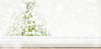 Den tomma vita trätabellöverkanten med abstrakt begrepp dämpade suddighetsjul Arkivfoto