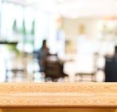 Den tomma wood tabellen och det suddiga kafét tänder bakgrund produktdisp Royaltyfri Fotografi