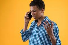 Den tonåriga afrikanska amerikanen talar vid mobiltelefonen fotografering för bildbyråer