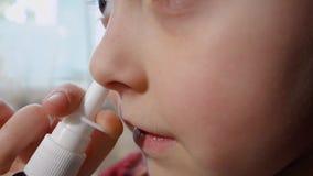 Den tonåriga flickan har en förkylning, influensan använder nasala droppar arkivfilmer