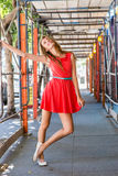 Den tonåriga flickan med ett glat uttryck och poserar Royaltyfri Fotografi