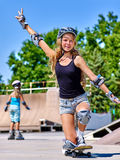 Den tonåriga flickan rider hans skateboard Royaltyfria Bilder