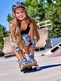 Den tonåriga flickan rider hans skateboard Arkivfoto