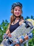 Den tonåriga flickan rider hennes skateboard Royaltyfri Bild