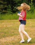 Den tonåriga flickan snurrar med bubblor Arkivfoton