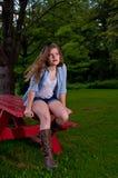 Den tonåriga flickan utanför på en NY parkerar Royaltyfri Foto