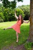 Den tonåriga flickan utanför på en NY parkerar Royaltyfri Bild