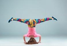 Den tonåriga koreografin för flygtur för flickadanshöft fotografering för bildbyråer