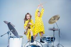 Den tonåriga musikmusikbandet som utför i en inspelningstudio royaltyfri foto