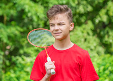 Den tonåriga pojken som spelar badminton parkerar in Arkivbild