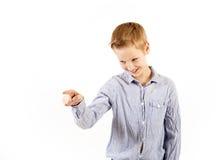 Den tonåriga pojken visar handtecken Royaltyfria Bilder