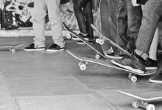 Den tonåriga skateboardergruppligan väntar på vänd Fotografering för Bildbyråer