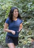 Den tonårs- Amerasian flickan, i att le lyckligt, Snoqualmie, parkerar, staten av Washington royaltyfria bilder