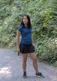 Den tonårs- Amerasian flickan i förhör poserar, Snoqualmie parkerar, staten av Washington royaltyfria bilder