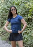 Den tonårs- Amerasian flickan i triumferande poserar, Snoqualmie parkerar, staten av Washington arkivfoto