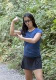 Den tonårs- Amerasian flickan som av visar hennes biceps, tränga sig in, Snoqualmie parkerar, staten av Washington royaltyfria bilder