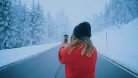 Den tonårs- bloggeren eller flickan gör selfie i vinter lager videofilmer