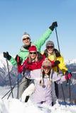 Den tonårs- familjen skidar på ferie i berg Royaltyfri Foto