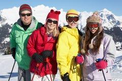 Den tonårs- familjen skidar på ferie i berg Arkivfoton