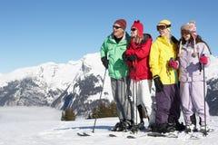 Den tonårs- familjen skidar på ferie i berg Arkivfoto