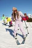 Den tonårs- familjen skidar på ferie i berg Royaltyfria Bilder