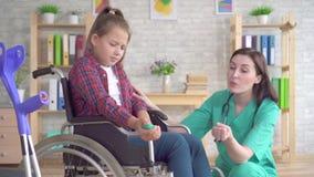 Den tonårs- flickan är att genomgå som rehabiliteras av en doktor efter en handskada med hjälpen av en handledexpander lager videofilmer