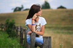 Den tonårs- flickan får gyckel på lantgården Royaltyfri Fotografi