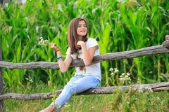 Den tonårs- flickan får gyckel på lantgården Royaltyfria Foton