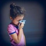 Den tonårs- flickan lider att nysa för rinnande näsa Royaltyfria Foton