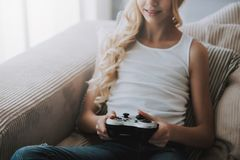 Den tonårs- flickan med den modiga kontrollanten spelar videospelet arkivbilder