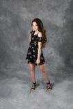 Den tonårs- flickan poserar för i studiostående Fotografering för Bildbyråer