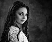 Den tonårs- flickan poserar för i studiostående Arkivfoto