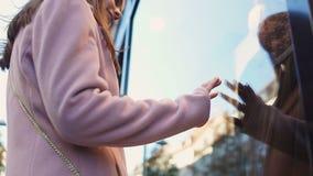 Den tonårs- flickan som ser studentbalklänningen shoppar in, fönstret som drömmer av bollpartiet stock video