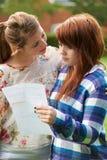 Den tonårs- flickan tröstar vännen över dåligt examenresultat Arkivbilder