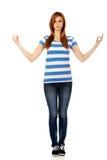 Den tonårs- kvinnan gör att meditera gest Arkivbild