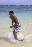 Den tonårs- pojken skummar på brädet Royaltyfria Bilder