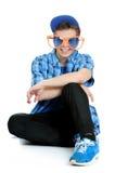 Den tonårs- pojken som ha på sig enormt orange och, slösar solglasögon, födelsedagpartibegrepp Arkivfoto