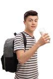 Den tonårs- studenten som dricker ett exponeringsglas av, mjölkar Royaltyfria Foton