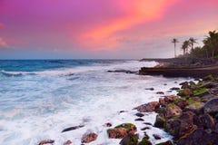 Den tonade härliga rosa färgen vinkar avbrott på en stenig strand på soluppgång på ostkust av den stora ön av Hawaii Royaltyfria Foton
