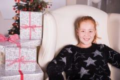 Den tonårs- flickan är upphetsad om gåvorna för jul Royaltyfri Bild
