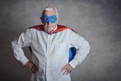 Den toppna morfadern, den höga mannen klädde som en superhero arkivbilder