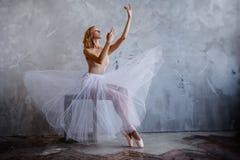 Den toppna slanka ballerina i en svart klänning poserar i studion Royaltyfria Foton